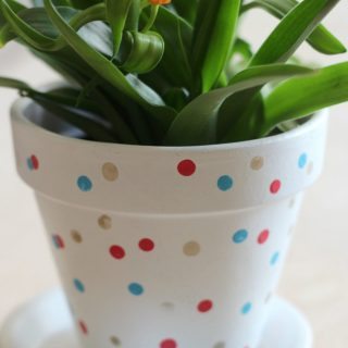 Hand decorated confetti flower pots! It's an easy DIY and makes a colorful gift!
