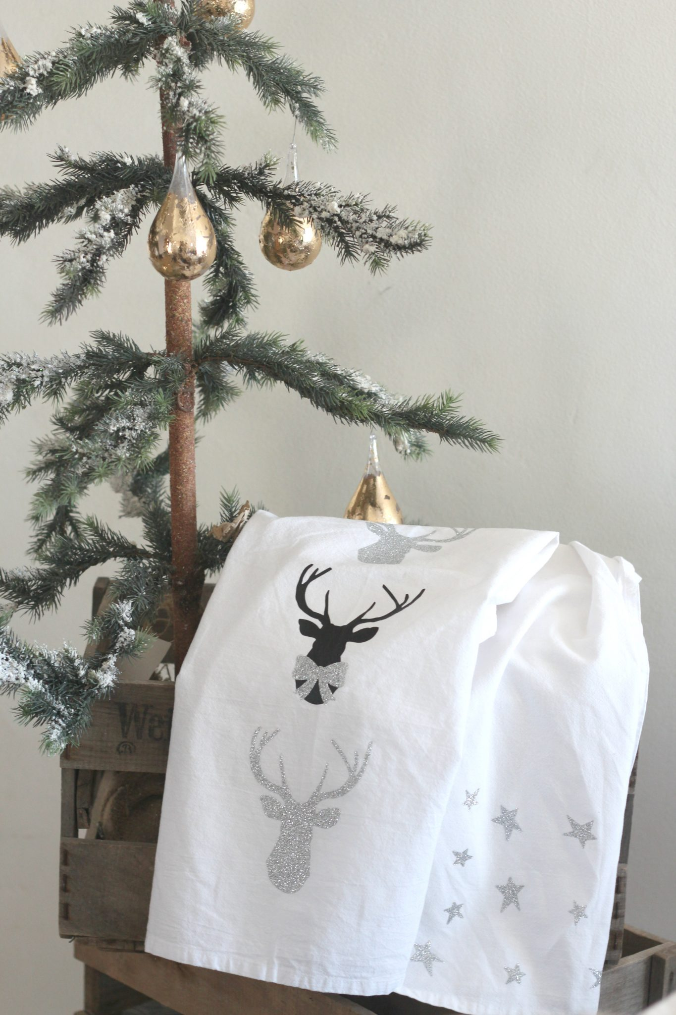 Sparkly Reindeer Tea Towels and Stars Tea Towels DIY for holiday gifting!