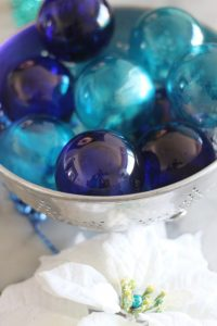 Turquoise and cobalt Christmas ball ornaments. DIY with alcohol ink! #sparkleliving #DIYornaments #Christmascrafts #DIYChristmas